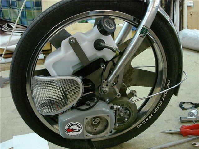Это колесо прижимается изнутри